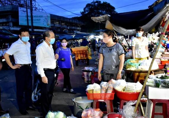 Chủ tịch UBND tỉnh Thừa Thiên - Huế trò chuyện với tiểu thương chợ Đông Ba