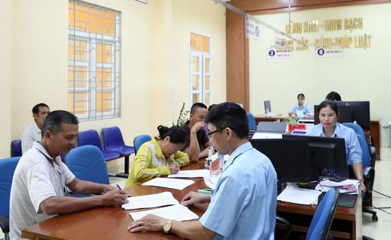 """Hoạt động tiếp dân, giải quyết thủ tục hành chính tại """"văn phòng 1 cửa"""" xã Tân Bình, huyện Đầm Hà, tỉnh Quảng Ninh. Ảnh: QUANG PHÚC"""