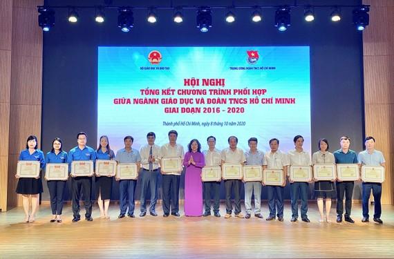 Các tập thể nhận Bằng khen đạt thành tích xuất sắc trong việc thực hiện các chương trình phối hợp giữa ngành GD-ĐT và Trung ương Đoàn TNCS Hồ Chí Minh giai đoạn 2016-2020. Nguồn:giaoducthoidai.vn