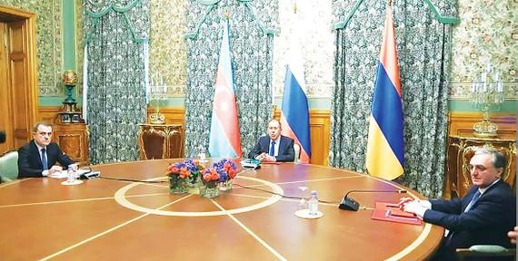 Ngoại trưởng Armenia Zohrab Mnatsakanyan, Ngoại trưởng Nga Sergei Lavrov  và Ngoại trưởng Azerbaijan Jeyhun Bayramov tại vòng đàm phán ở Moscow
