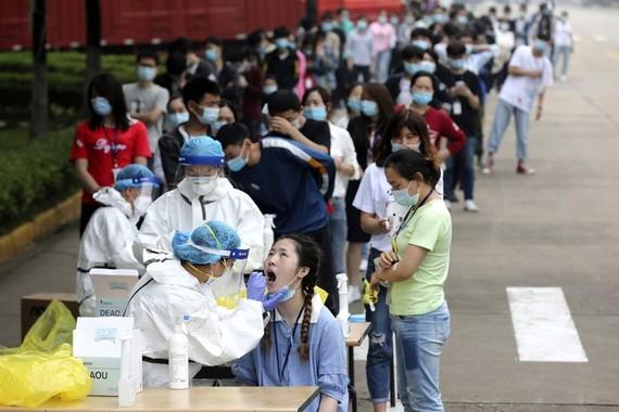 Trung Quốc xét nghiệm COVID-19 cho người dân. Ảnh: AP