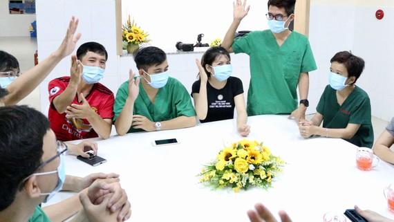 Các bác sĩ trẻ tại BV điều trị Covid-19 Cần Giờ xung phong lên tuyến đầu tiếp nhận  và chăm sóc người bệnh.  Ảnh: HOÀNG HÙNG