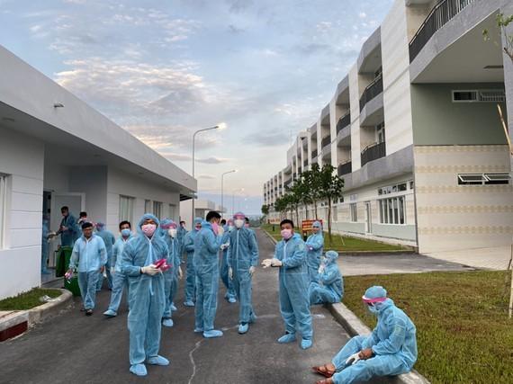 Lực lượng chức năng tại khu vực cách ly y tế huyện Bàu Bàng