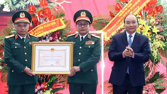 Thủ tướng Nguyễn Xuân Phúc trao tặng Huân chương Bảo vệ Tổ quốc hạng Nhất  cho Tổng cục Tình báo quốc phòng, Bộ Quốc phòng.  Ảnh: TTXVN