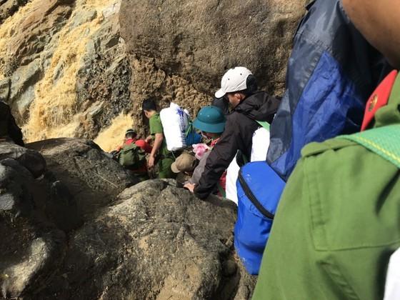 Lực lượng cõng hàng phải len qua những vách đá để mang hàng tiếp tế đến xã Phước Lộc và Phước Thành