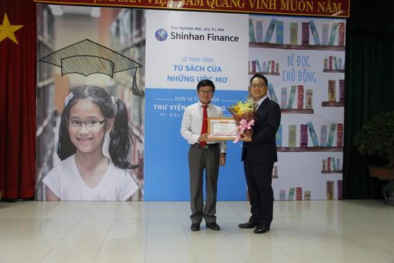 Ông Yang Hyung Mo - đại diện Shinhan Finance nhận Giấy khen từ Sở Văn hóa Thể thao tỉnh Đồng Nai