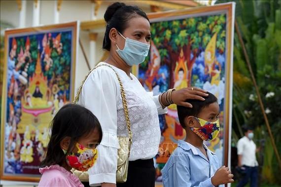 Người dân đeo khẩu trang phòng lây nhiễm COVID-19 tại Phnom Penh, Campuchia. Nguồn: TTXVN