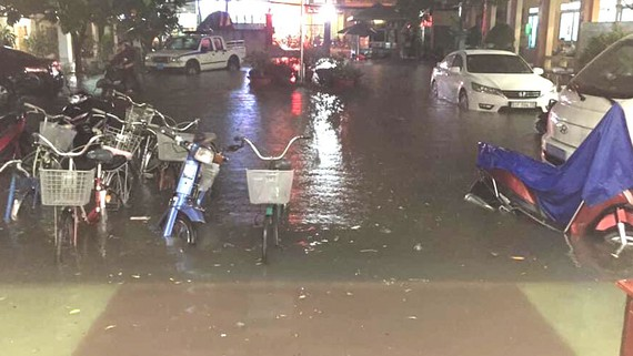 Tình trạng ngập nước thường xuyên trên tuyến đường Đỗ Xuân Hợp  ảnh hưởng đến đời sống sinh hoạt của người dân