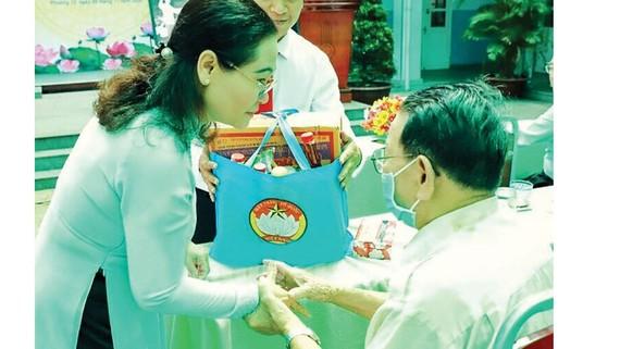 Chủ tịch HĐND TPHCM Nguyễn Thị Lệ tặng quà gia đình chính sách khu phố 1 (phường 12, quận 3, TPHCM)