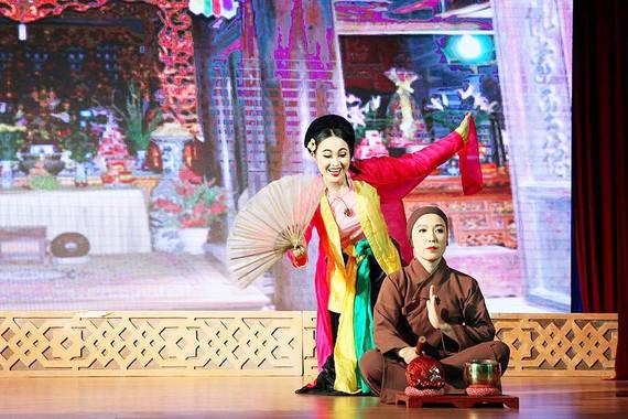 Cảnh Thị Mầu lên chùa trong vở Quan Âm Thị Kính  của Nhà hát Chèo Hà Nội