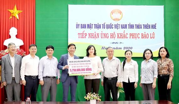 Phó Chủ tịch HĐND TPHCM Phan Thị Thắng trao hơn 5,7 tỷ đồng hỗ trợ người dân Thừa Thiên - Huế khắc phục hậu quả bão lũ