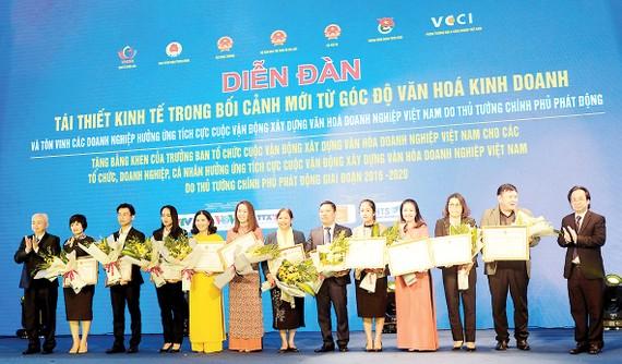 Bà Nguyễn Thị Hồng Trinh - Giám đốc Tài chính (thứ tư, từ phải sang), đại diện Ban lãnh đạo TSTtourist nhận Bằng khen của Hiệp hội Phát triển Văn hóa Doanh nghiệp Việt Nam, tôn vinh các doanh nghiệp hưởng ứng tích cực cuộc vận động Xây dựng văn hóa doanh