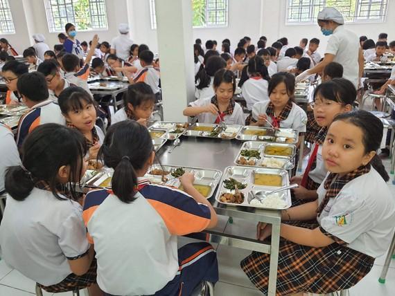 Bữa ăn trưa của học sinh bán trú tại một trường học ở TPHCM