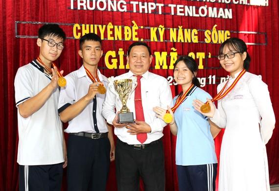 Thầy Nguyễn Văn Thành, Hiệu trưởng Trường THPT  Ernst Thälmann (quận 1) và các học trò. Ảnh: HOÀNG HÙNG