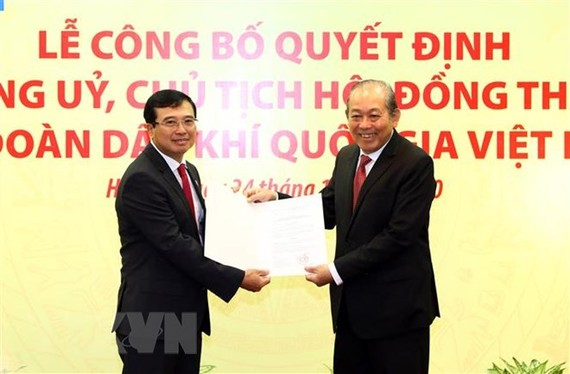 Phó Thủ tướng Thường trực Trương Hòa Bình trao Quyết định Chủ tịch Hội đồng thành viên Tập đoàn cho ông Hoàng Quốc Vượng. Ảnh: TTXVN