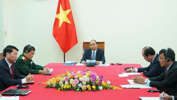 Thủ tướng Nguyễn Xuân Phúc hội đàm trực tuyến với Thủ tướng Campuchia Samdech Techo Hun Sen, ngày 24-11. Ảnh: VGP