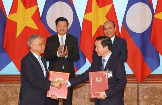 Thủ tướng Nguyễn Xuân Phúc và Thủ tướng Thongloun Sisoulith chứng kiến việc ký kết  các văn kiện.  Ảnh: VIẾT CHUNG