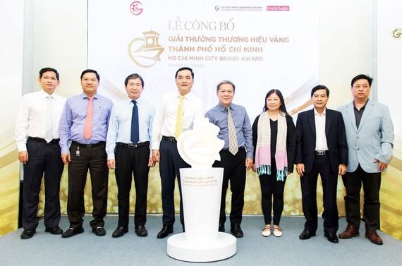Đại diện ban tổ chức công bố giải thưởng