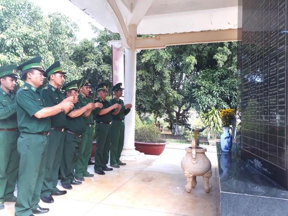 Cán bộ, chiến sĩ Đồn Biên phòng Long Khốt thắp hương  các anh hùng liệt sĩ ở khu tưởng niệm. Ảnh: ĐĂNG NGUYÊN