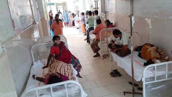 Bệnh nhân nhập viện vì chứng bệnh lạ ở Eluru ngày 7-12. Ảnh: AP