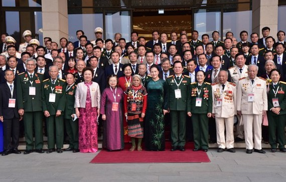 Chủ tịch Quốc hội Nguyễn Thị Kim Ngân cùng các đại biểu tại buổi gặp mặt
