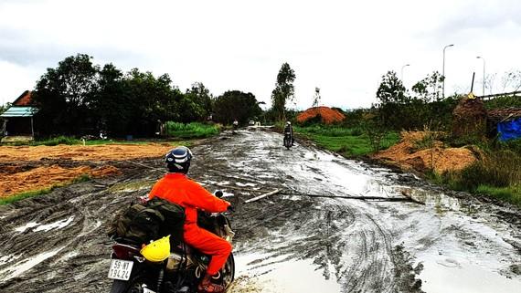 Tuyến đường bê tông qua thôn Phú Lễ bị xe tải chở cát cày nát. Ảnh: NGỌC OAI