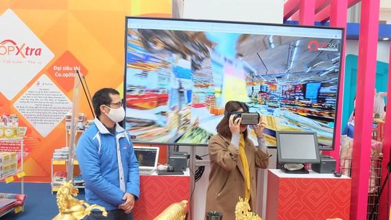 Tham gia trải nghiệm mô hình mua sắm ảo tại gian hàng Saigon Co.op