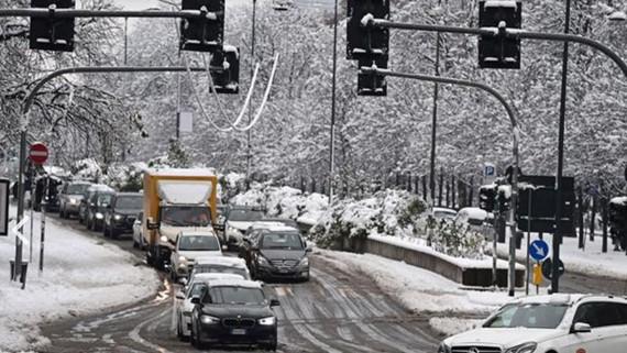 Tuyết phủ dày tại trung tâm thành phố Milan. Nguồn: TTXVN