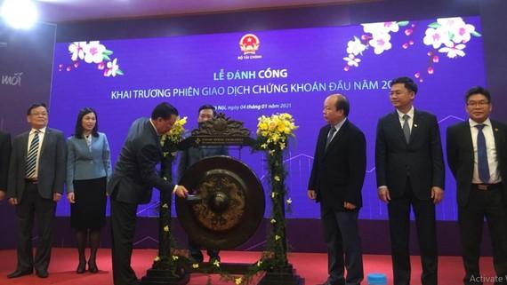 Lễ đánh cồng khai trương phiên giao dịch đầu năm 2021, tại Sở giao dịch Chứng khoán Hà Nội. Ảnh: VIETNAM+