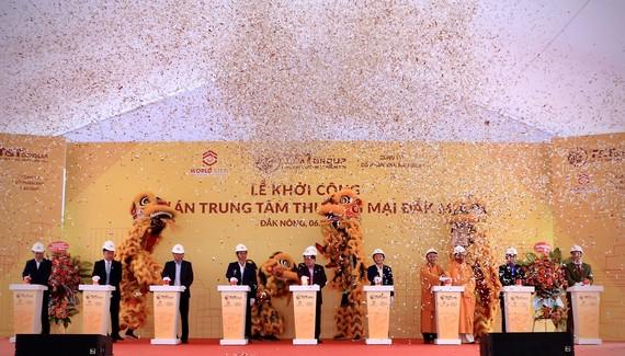 Ông Đỗ Quang Hiển, Chủ tịch HĐQT kiêm TGĐ Tập đoàn T&T Group và các đại biểu bấm nút khởi công dự án