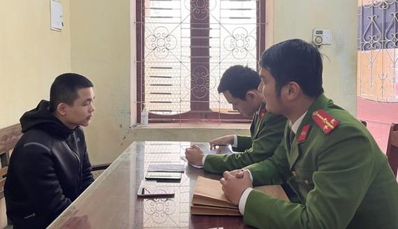 Công an huyện Yên Định lấy lời khai của nghi phạm Khúc Thanh Bình. Ảnh Công an Thanh Hóa cung cấp