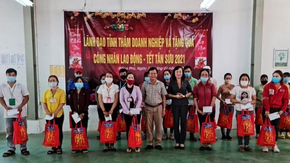 Phó Bí thư Thường trực Tỉnh ủy Bình Phước Huỳnh Thị Hằng tặng quà Tết  cho công nhân nghèo ở huyện Đồng Phú