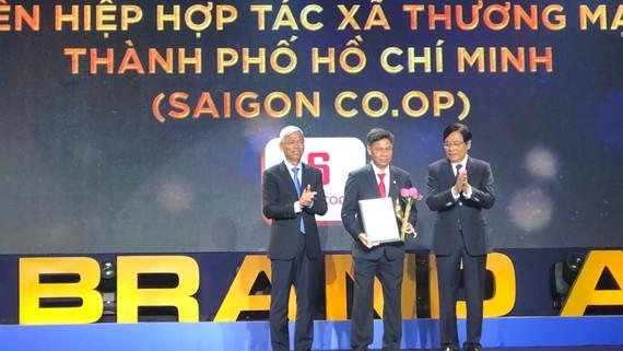 Phó Chủ tịch UBND TPHCM Võ Văn Hoan  trao bằng chứng nhận cho đại diện Saigon Co.op