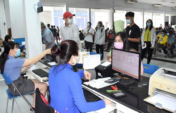 Hành khách đến ga Sài Gòn sáng 2-2  để trả vé tàu đi lại dịp Tết Tân Sửu do ảnh hưởng dịch Covid-19.  Ảnh: ĐÌNH LÝ