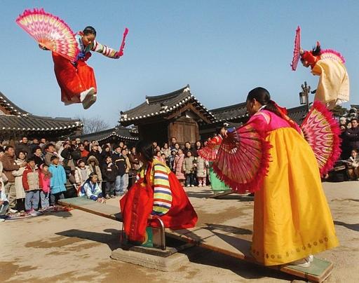 Hoạt động vui chơi chào đón năm mới của người Hàn Quốc. Ảnh: Pinterest