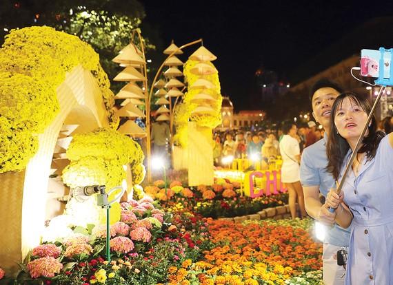 Du khách tham quan đường hoa Nguyễn Huệ.  Ảnh: DŨNG PHƯƠNG