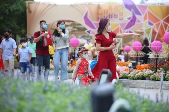Khách tham quan Đường hoa Nguyễn Huệ luôn đeo khẩu trang, kể cả khi chụp hình