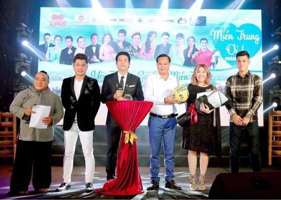 Bà Nguyễn Xuân Phương cùng những người bạn trong đêm quyên góp hỗ trợ đồng bào miền Trung bị lũ lụt năm 2020