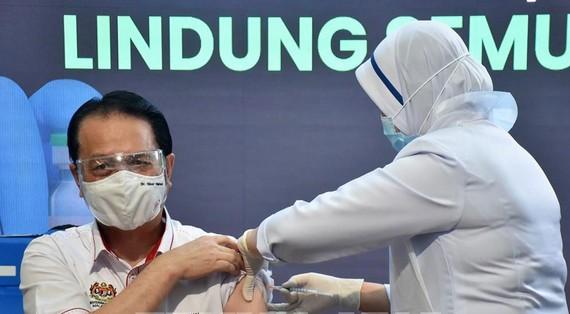 Tổng giám đốc Cơ quan Y tế Malaysia, Tiến sĩ Noor Hisham Abdullah được tiêm chủng vaccine ngừa COVID-19 tại Putrajaya, ngày 24-2-2021. Nguồn: TTXVN
