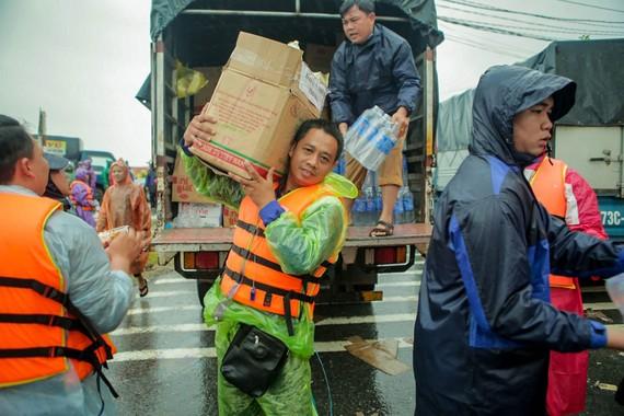 Anh Thái Nhật Chương và các thành viên CLB Ánh sáng Từ bi cứu trợ người dân miền Trung