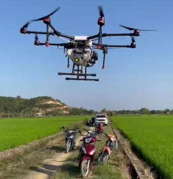 Đưa máy bay không người lái vào phun thuốc trừ sâu, thăm đồng lúa nhằm phát triển lúa chất lượng cao