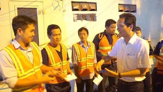 Đại diện Ban giám đốc Công ty cổ phần Cấp nước Gia Định, động viên nhân viên thực hiện công tác giảm thất thoát nước