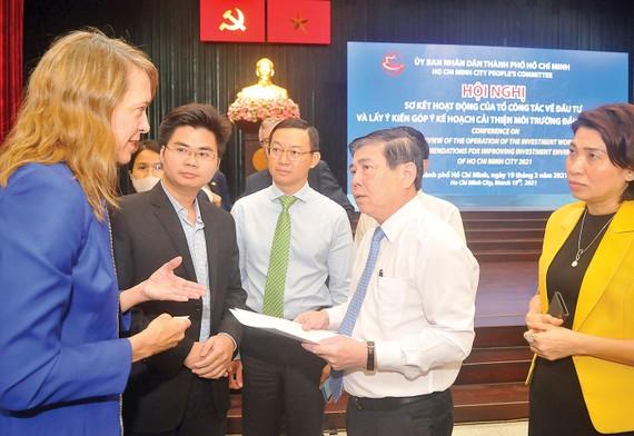 Chủ tịch UBND TPHCM  Nguyễn Thành Phong trao đổi  với các đại biểu. Ảnh: CAO THĂNG