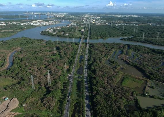 Đường Nguyễn Hữu Thọ là dự án duy nhất  đến nay, TP mở rộng 2 bên đường bán  đấu giá.  Ảnh: CAO THĂNG