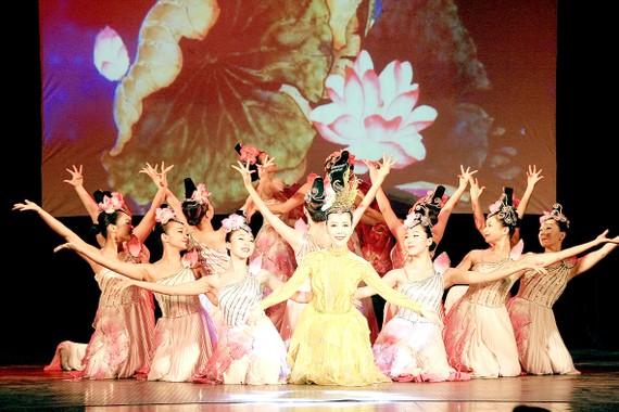 Chương trình Sen đào khoe sắc của Nhà hát Ca múa nhạc dân tộc Bông Sen