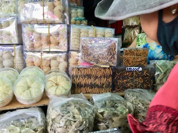 Yến sào được bày bán tràn lan  trong chợ Bình Tây, quận 6