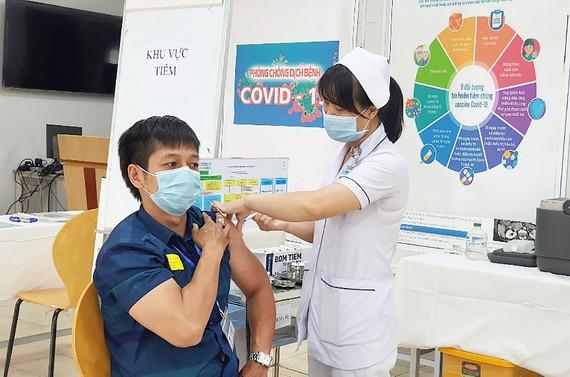 Nhân viên Trung tâm  Kiểm soát bệnh tật TPHCM được tiêm vaccine Covid-19 vào sáng 7-4