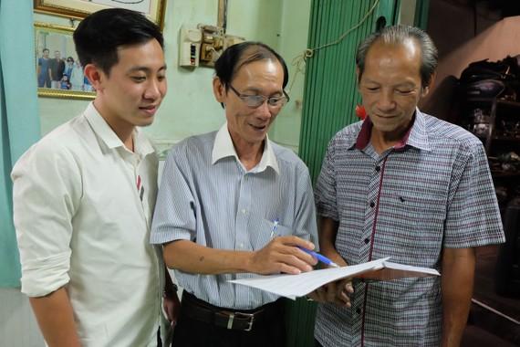 Ông Huỳnh Hải (giữa) tuyên truyền bầu cử cho người dân khu phố 5, phường Linh Đông, TP Thủ Đức