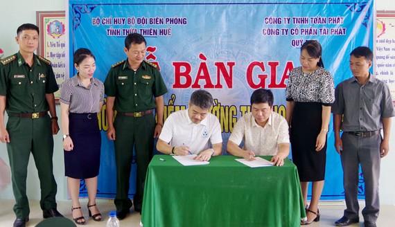 Thượng tá Phạm Tùng Lâm, Phó Chính ủy BĐBP Thừa Thiên Huế cùng lãnh đạo địa phương chứng kiến ký kết biên bản bàn giao điểm trường học Ka Cú 1. Nguồn: BIENPHONG.COM.VN