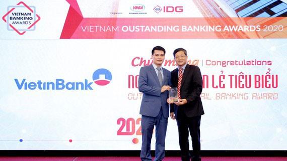 Ông Đàm Hồng Tiến, Giám đốc Khối bán lẻ VietinBank nhận giải tại sự kiện